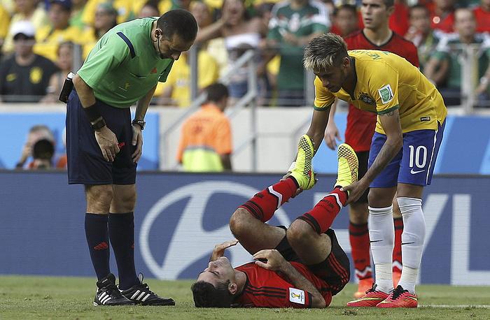 Неймар помогает бельгийскому футболисту