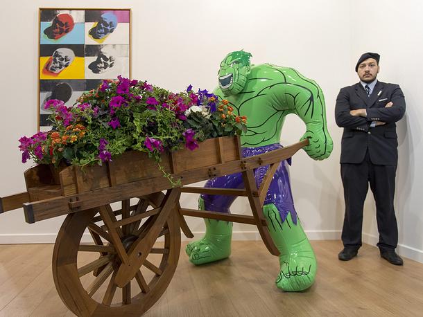 """Скульптура """"Халк (тачка)"""" (2004-2013) американского художника Джефа Кунса, галерея Ларри Гагосяна (Нью-Йорк, Лондон, Париж, Рим, Афины, Женева и Гонконг)"""