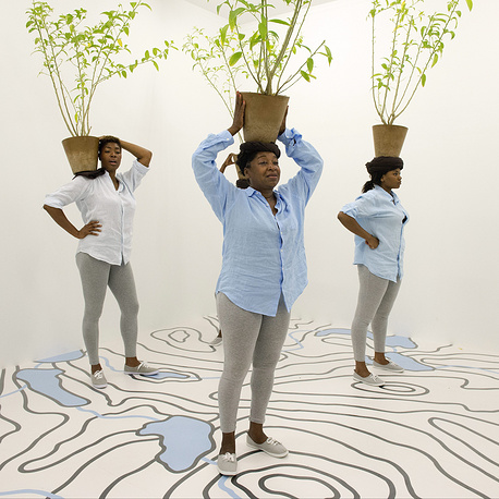 """Комната """"Diaspore"""" (2014) в рамках проекта """"Двенадцать комнат"""". Женщины держат горшки с растениями Cestrum nocturnum (""""Королева ночи""""). Автор - нигерийская художница Отобонг Нканга"""