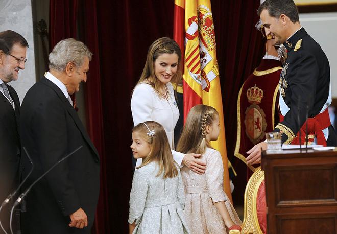 Новый король Фелипе VI приветствует своих дочерей - принцессу Леонор и принцессу Софию