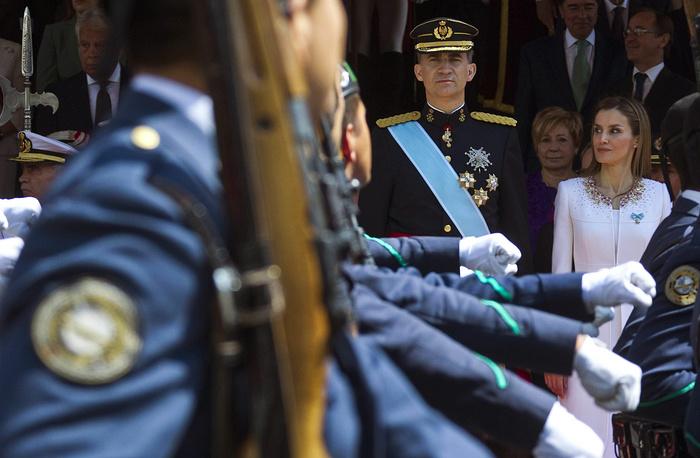Король Испании Фелипе VI принимает военный парад