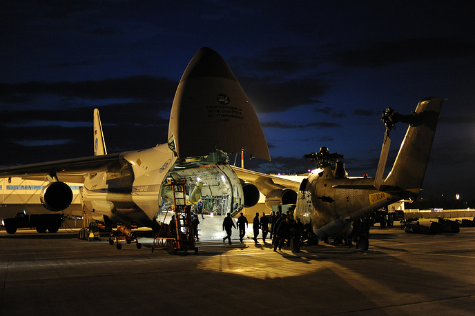 """Выгрузка вертолета Ми-24 с самолета Ан-124-100 """"Руслан"""" на аэродроме Кольцово"""