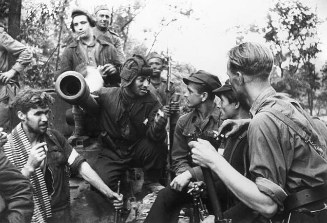 Встреча советских солдат с литовскими партизанами во время боев за освобождение Вильнюса, 17 июля 1944 года