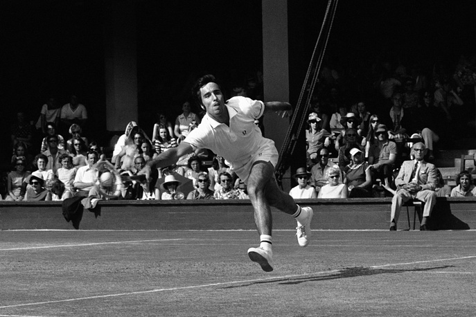 Александр Метревели из Советского Союза в матче с Джимми Коннорсом, 1973 год. В финале в этом же году он уступил Яну Кодешу из Чехословакии