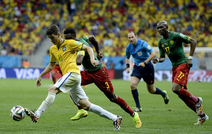 Камерунцы раз за разом не успевали за быстрым полузащитником сборной Бразилии Оскаром