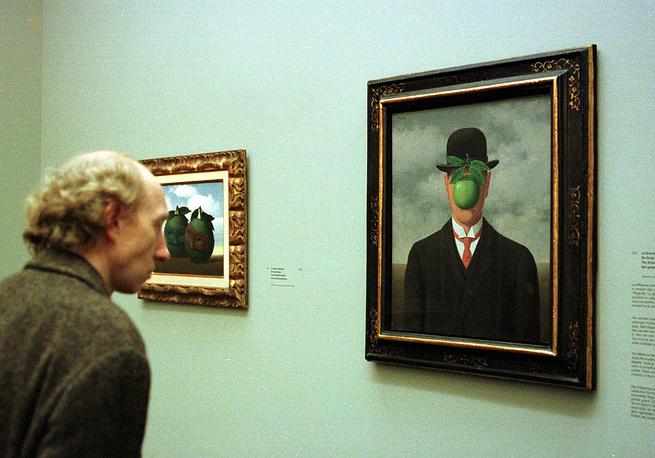 """Картина Рене Магритта """"Сын человеческий"""" на выставке в музее современного искусства в Брюсселе"""