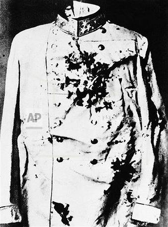 Мундир, в котором был убит Франц Фердинанд. Эрцгерцог получил смертельное ранение в сонную артерию