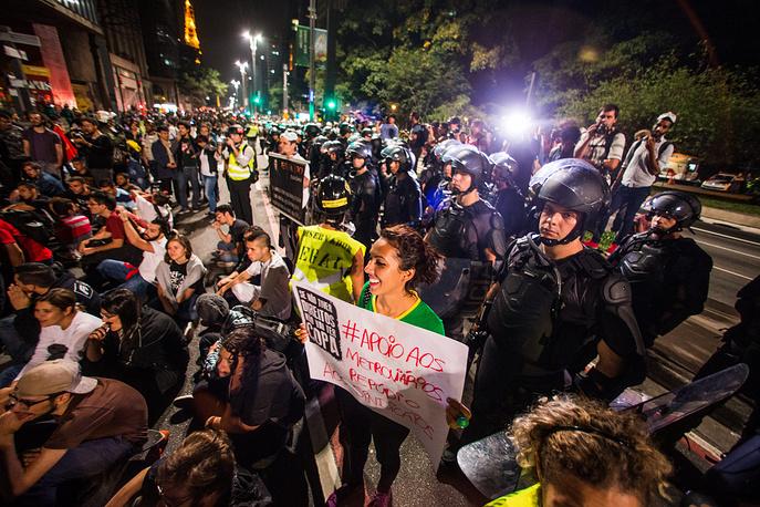 Одновременно с проведением матчей чемпионата в крупных городах проводятся акции протеста недовольных политикой финансирования мирового первенства. На фото: беспорядки в Сан-Паулу