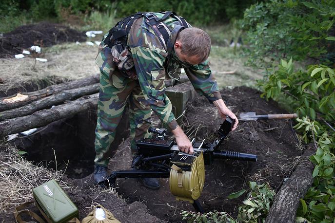 22 июня бойцы ополчения уничтожили под Луганском колонну бронетехники украинских силовиков. На фото: народный ополченец на одном из блокпостов