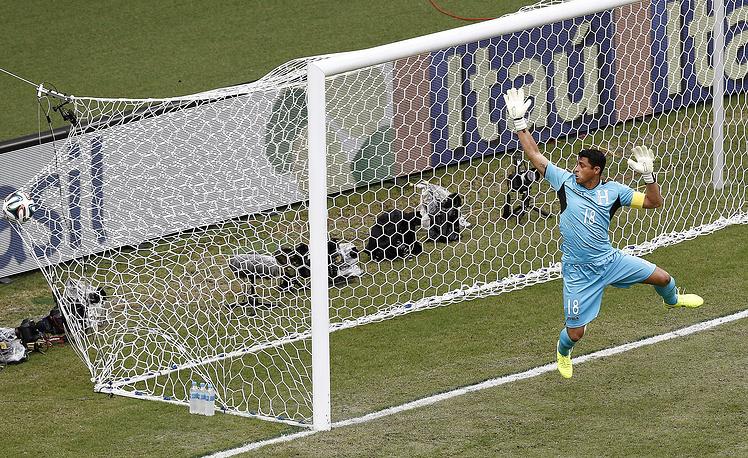 Мяч влетел в ворота команды после дальнего удара Джердана Шакири