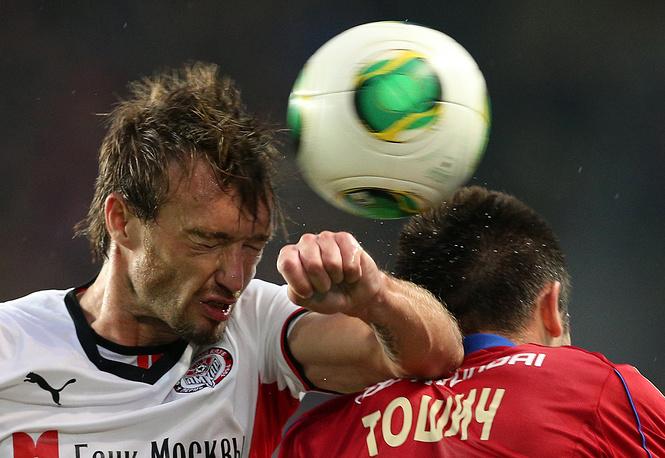 """Игрок """"Амкара"""" Захари Сираков (слева)"""