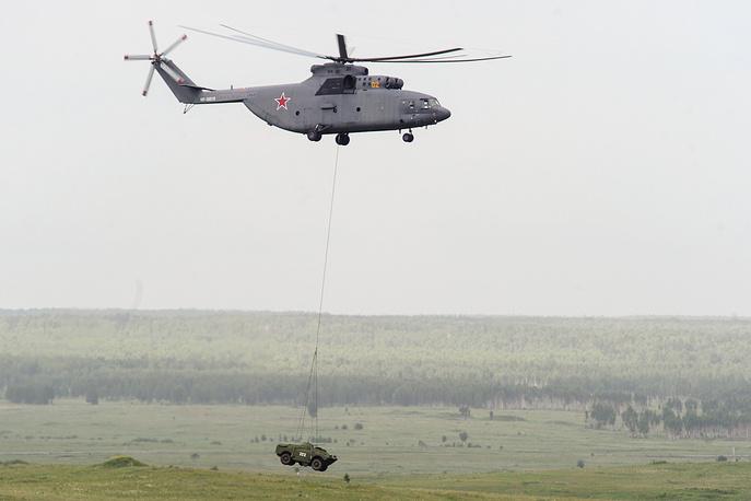 Эвакуация машины пехоты на вертолете Ми-26