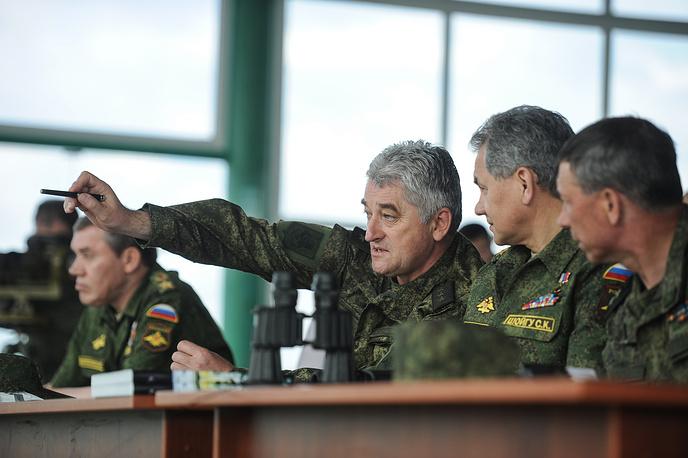 Командующий войсками ЦВО генерал-полковник Владимир Зарудницкий и министр обороны РФ генерал армии Сергей Шойгу (слева направо)