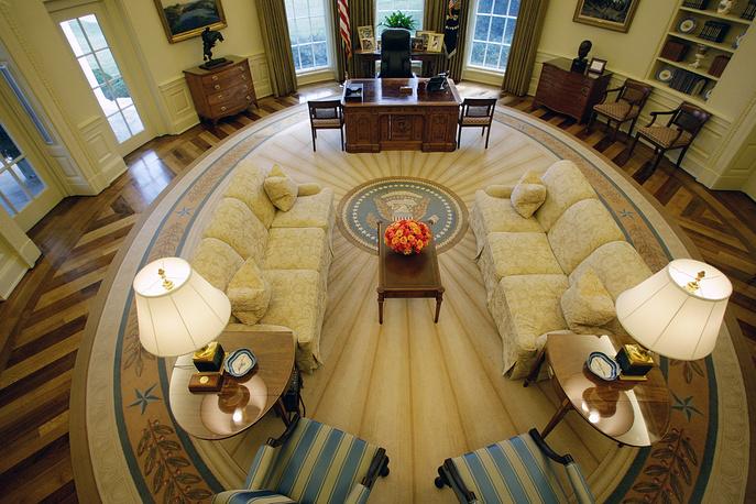 Экскурсии по Белому дому считаются едва ли не обязательным пунктом туристической программы в столице США. Иностранцы, желающие посетить Белый дом, могут получить информацию в посольствах своих стран в Вашингтоне. На фото: Овальный зал