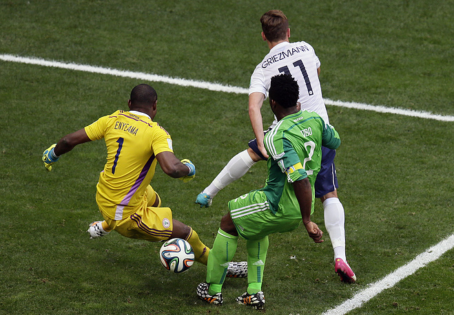 Капитан нигерийцев Джозеф Йобо в концовке встречи срезал мяч в свои ворота