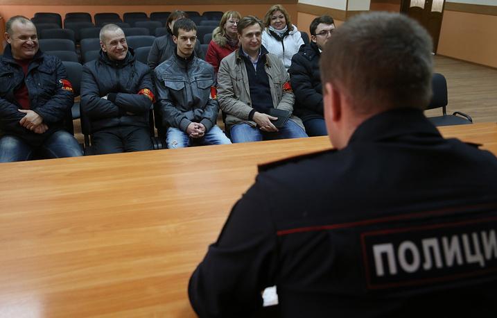 Во время собрания перед началом рейда народных дружинников вместе с сотрудниками полиции. Москва, 2014 год