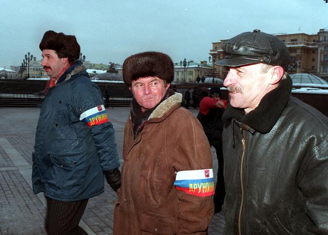 Народная дружина патрулирует Манежную площадь. Москва, 1999 год