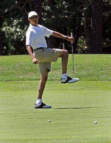 Президент США Барак Обама играет в гольф в первый день своего отпуска, штат Массачусетс, США, 2013 год