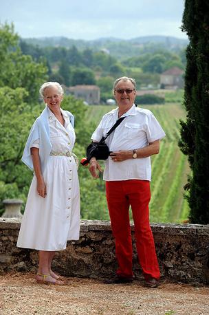 Королева Дании Маргрете с мужем Хенриком в своей резиденции на юго-западе Франции, где королевская семья проводит летний отпуск, 2008 год