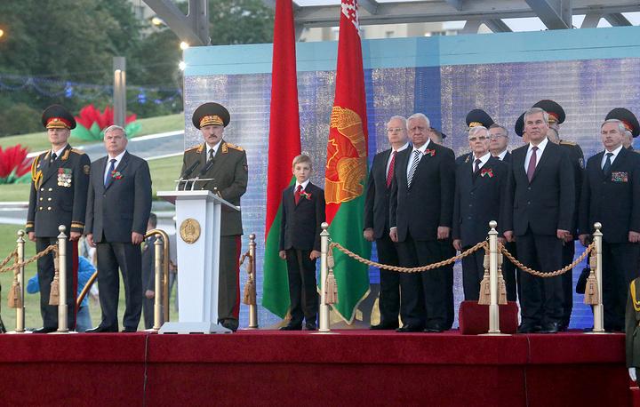 Праздничный парад возглавил глава государства Александр Лукашенко. На фото: Александр Лукашенко и премьер-министр Белоруссии Михаил Мясникович (четвертый справа)