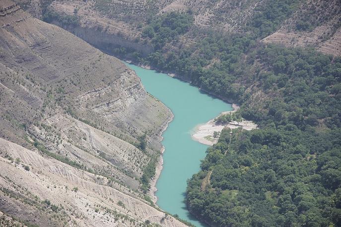 Река пропилила толщи известняков и песчаников на протяжении 53 километров.