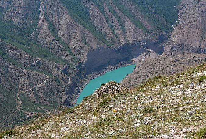 По своей глубине (1920 метров) Сулакский каньон значительно превосходит каньон Колорадо и уступает только самому глубокому каньону в мире Котауаси в Перу (3535 метров).