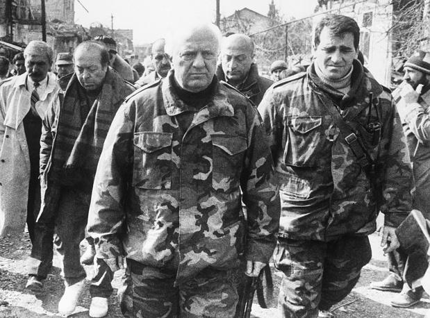 Эдуард Шеварднадзе во время посещения зоны боевых действий в Сухуми, 1993 год