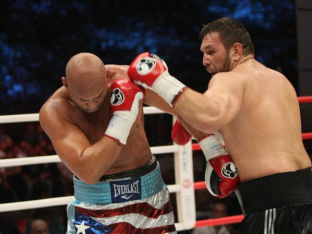 Американский боксер Фрес Окендо и боксер из Узбекистана Руслан Чагаев (слева направо)
