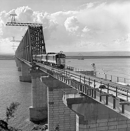 Самый длинный мост на БАМе - железнодорожно-автомобильный мост через Амур (1400 м). Сооружение его началось в 1969 году, а в 1975-м он уже был сдан в эксплуатацию. Россия, таким образом, получила бесперебойную круглогодичную связь с важными портами в Татарском проливе, второй выход к Тихому океану