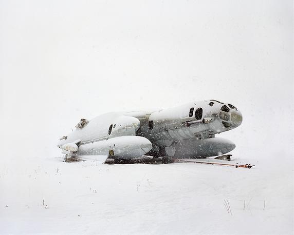 Данила Ткаченко. Вертикально взлетный самолет-амфибия. «Закрытые территории». 2013. Фотография, цифровой принт
