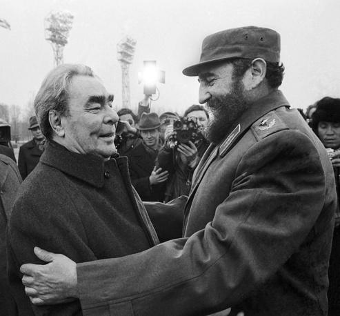 Генеральный секретарь ЦК КПСС Леонид Брежнев и Фидель Кастро во время встречи в аэропорту Внуково, 1977 год