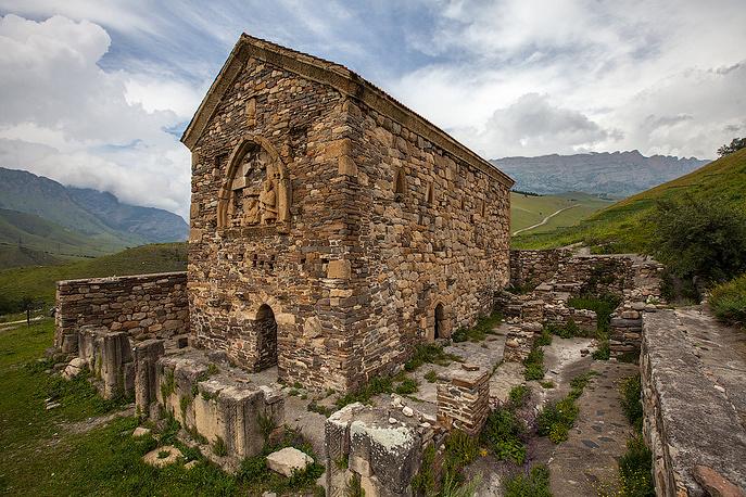 Один из древнейших христианских памятников в России, Тхаба-Ерды, который датируется VIII веком.