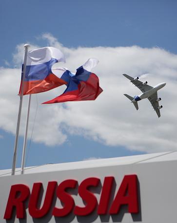 Россию в нынешнем году представляют 74 организации. На фото: пассажирский самолет Airbus А380 во время показательного полета