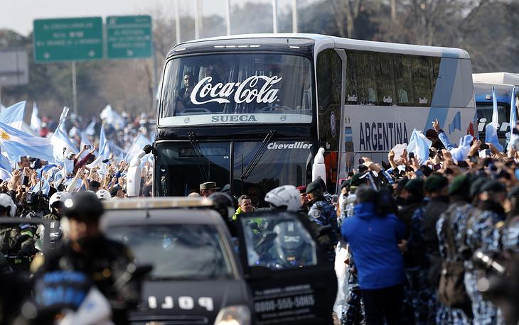 Футболистов сборной Аргентины в национальном аэропорту встречали тысячи болельщиков