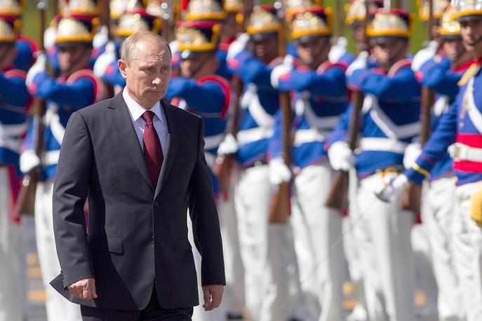 Визит президента России Владимира Путина в Бразилию стартовал в Рио-де-Жанейро, где глава государства принял участие в церемонии передачи права на проведение чемпионата мира по футболу от Бразилии к России, затем провел встречу с канцлером Германии Ангелой Меркель