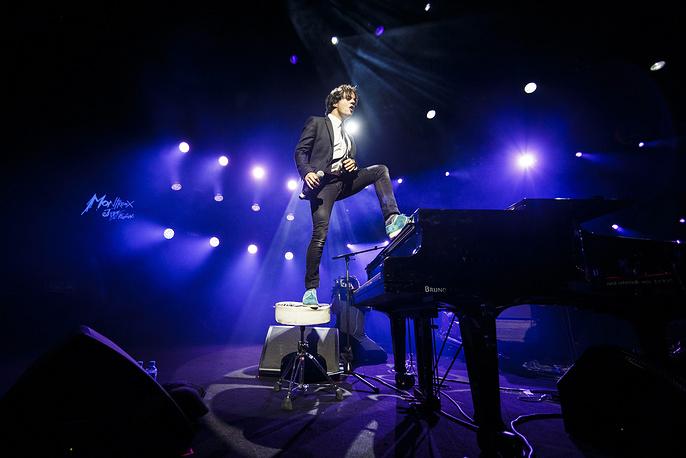 Британский джаз- и поп-певец Джейми Каллум выступает на сцене Auditorium Stravinski