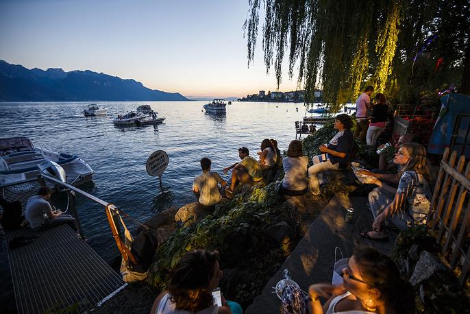 Гости фестиваля отдыхают на берегу озера
