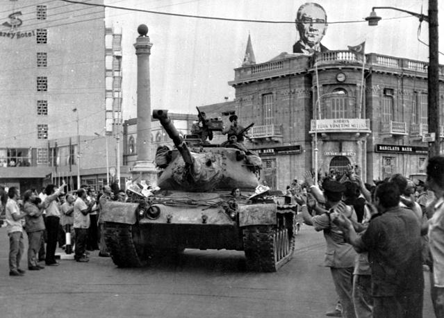 """14-16 августа 1974 года Турция провела вторую стадию операции """"Атилла"""". Войска Турции установили контроль над портами Фамагуста, Богаз, Морфу и другими, в целом захватив около 37% территории Кипра. На фото: танк турецкой армии в Никосии, 24 июля 1974 года"""