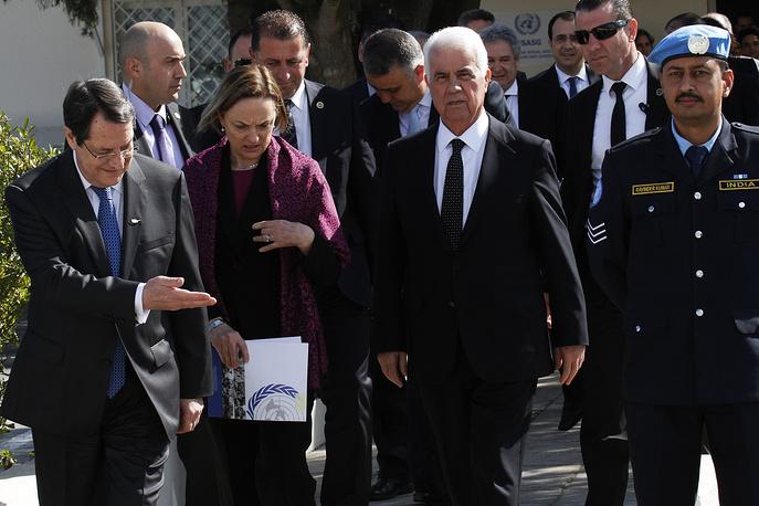 11 февраля 2014 года в буферной зоне состоялась встреча между президентом Республики Кипр Никосом Анастасиадисом (слева) и лидером турок-киприотов Дервишем Эроглу (второй справа), которая дала старт новому раунду переговоров по кипрскому урегулированию