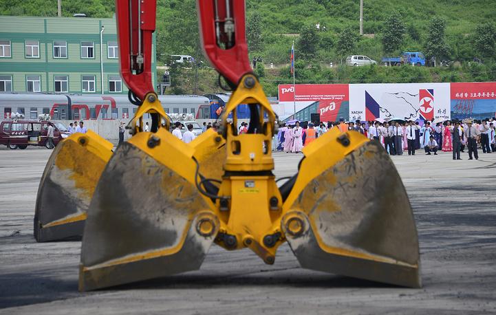 Начале реконструкции железнодорожной линии Хасан - Раджин и порта Раджин была достигнута на первой трехсторонней встрече руководителей железнодорожных администраций России, КНДР и Республики Корея в 2006 году