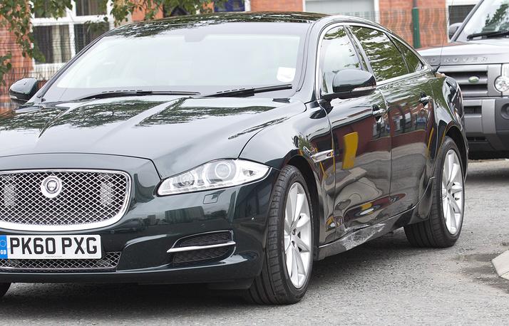 Действующий премьер-министр Великобритании Дэвид Кэмерон перемещается на люксовом Jaguar XJ X351. На фото: повреждение на автомобиле Кэмерона