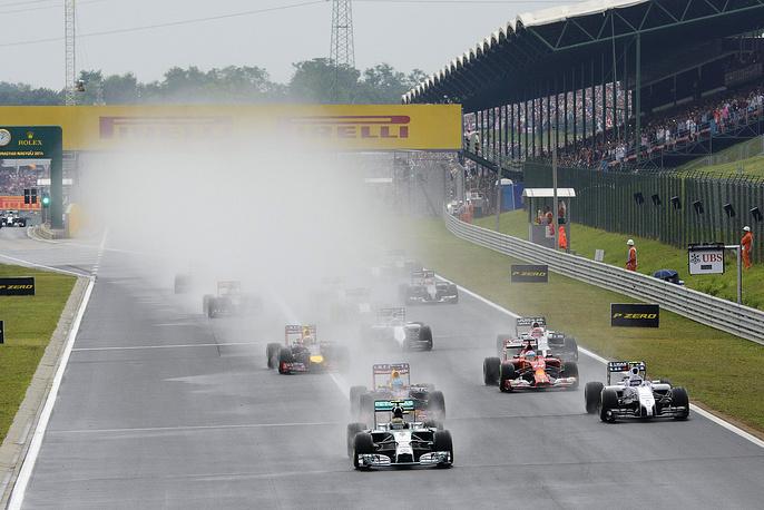 Пилотам пришлось стартовать на влажной после дождя трассе