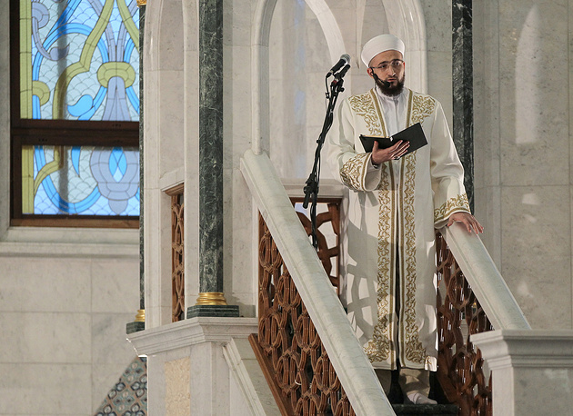 Муфтий Татарстана Камиль хазрат Самигуллин во время проповеди по случаю праздника Ураза-байрам в мечети Кул Шариф в Казани