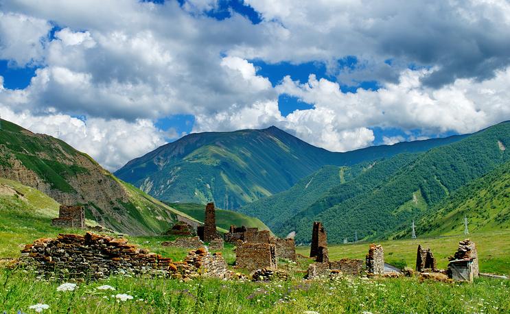 Селение Лисри находится в самом центре Мамисонского ущелья, на древнем караванном пути в Закавказье.
