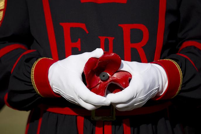 Американский профессор Мойна Михаель первая начала носить красный мак в петлице на День поминовения в честь погибших на войне в 1915 году