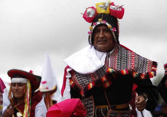 Президент Боливии Эво Моралес в традиционном боливийском костюме на ежегодном фестивале танцев на юге Боливии, 2011 год