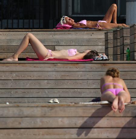 Пока самый жаркий день лета 2014 года - понедельник, 28 июля, когда воздух в Москве прогрелся до 31,9 выше ноля. На фото: отдыхающие на Крымской набережной