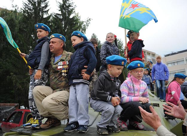 """У мемориала """"Черный тюльпан"""" во время празднования Дня Воздушно-десантных войск в Екатеринбруге"""