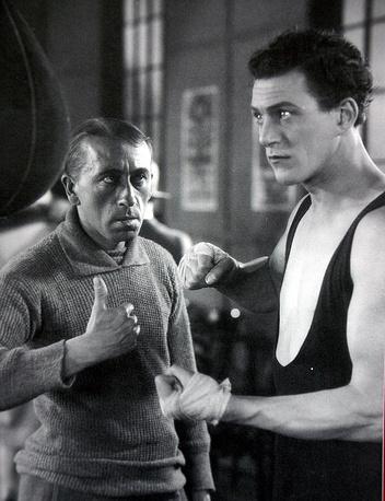 """""""Ринг"""". Возлюбленная одного боксера, в прошлом ярмарочного бойца, изменяет ему с профессиональным боксером"""