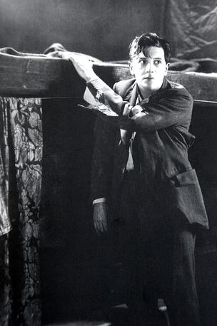 """""""По наклонной плоскости"""", 1927 год, 105 мин. Ложно обвиненный в причастности к беременности девушки, главный герой отправляется в изгнание"""